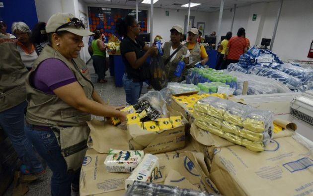 Agentes de gobierno revisando el supermercado. Foto: AFP
