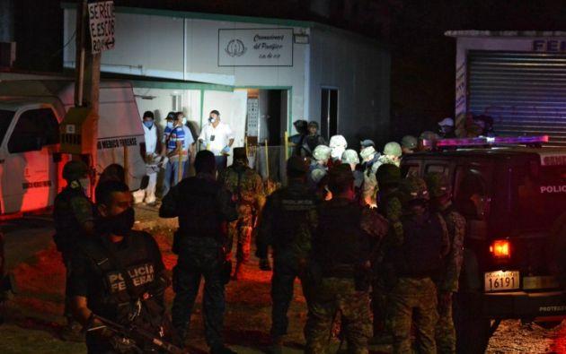 Un grupo de médicos y militares afuera del crematorio privado donde fueron encontrados los cuerpos. Foto. AFP