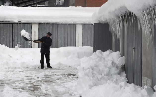 Un hombre remueve la nieve en una vía en Villablino, en el norte de España. Foto: REUTERS.