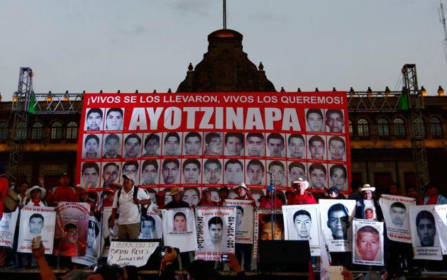 Familiares de los desaparecidos continúan sin creer la versión oficial y aseguran que seguirán con su lucha. Foto: REUTERS