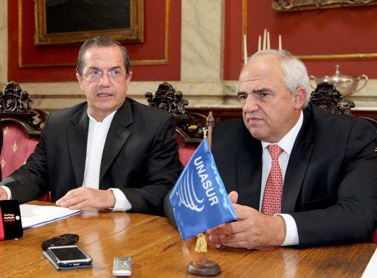 El canciller Ricardo Patiño y el secretario de la Unasur, Ernesto Samper, en la reunión de cancilleres en Uruguay. Foto: Cancillería de Ecuador