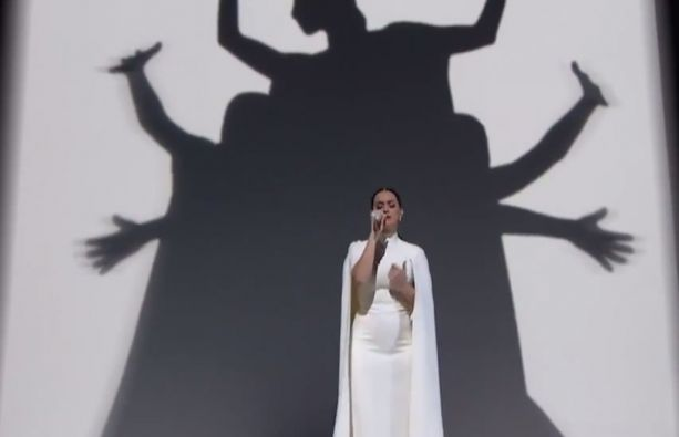 "Para culminar el mensaje, Katy Perry interpretó la balada ""By the Grace of God""."