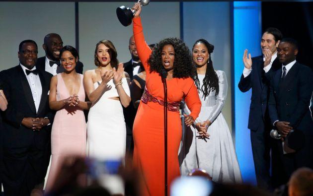 """Oprah Winfrey, co-productora de """"Selma"""", celebra después de la película ganó el premio a la Mejor Película en los Premios NAACP. Foto: REUTERS"""