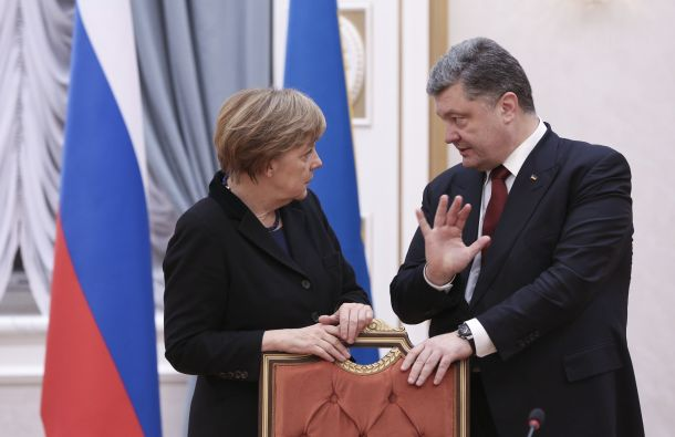Petro Poroshenko conversa con Angela Merkel. Foto: REUTERS.