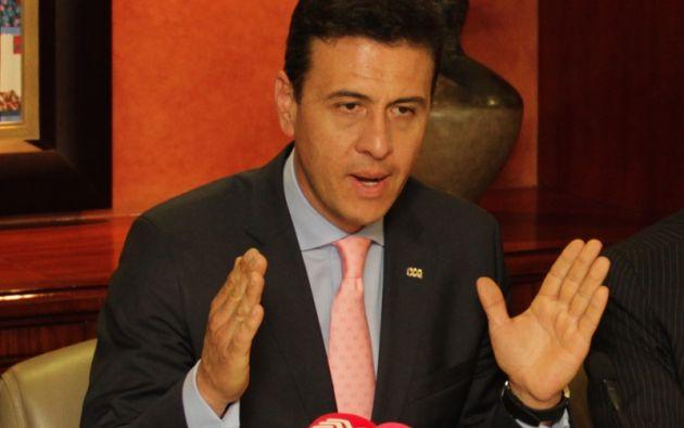 Blasco Peñaherrera durante la rueda de prensa en la que anunció su postura. Foto: www.lacamaradequito.com