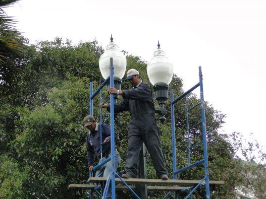 Doce trabajadores restituyen las luminarias. Foto: Quito Alcaldía