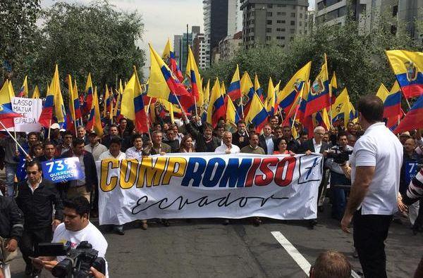 Organizaciones políticas marcharon hasta el CNE. Foto: Twitter / Guillermo Lasso