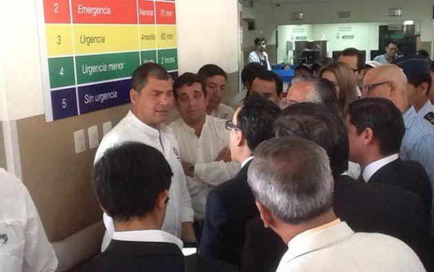 El mandatario en el recorrido por el hospital Teodoro Maldonado Carbo. Foto: IESS