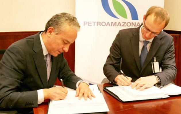 Oswaldo Madrid, gerente general de Petroamazonas, y Yaroslav Dorosh, gerente de Ecuaservoil, firmaron el contrato. Foto: Petroamazonas EP