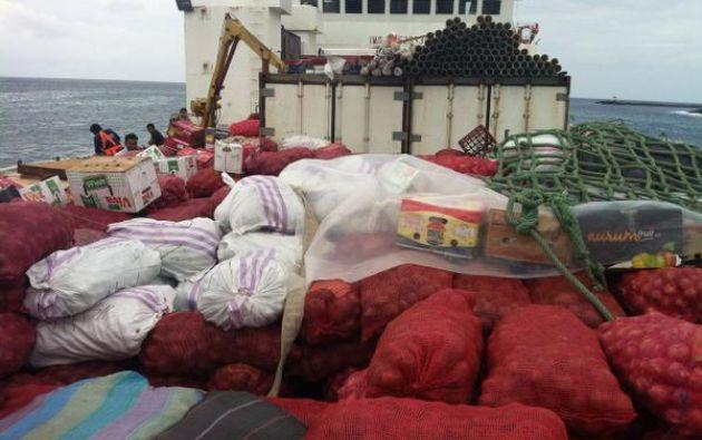 La prioridad es transportar víveres para los mercados y despensas. Foto: Twitter / Gobernación Galápagos