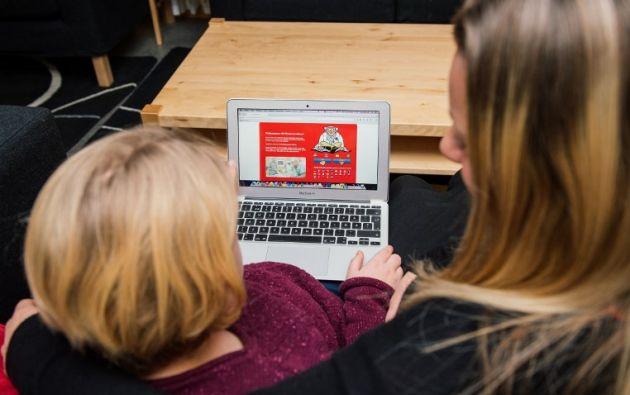 Felicia Zander y su madre Maria Zander leen información en el sitio web Narkoswebben. Foto: AFP /Jonathan Nackstrand