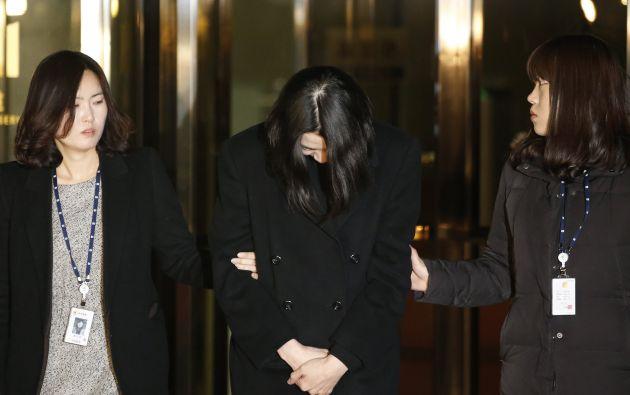 Cho Hyun-ah (c), hija del presidente de Korean Air, Cho Yang-ho, sale de un centro de detención luego de que una corte coreana ordenara su detención en diciembre 30 del año pasado. Foto: Archivo REUTERS