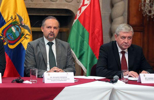 El ministro coordinador de la Producción, Richard Espinosa, y el vicepresidente de Bielorrusia, Vladimir Semashko. Foto: Cancillería de Ecuador
