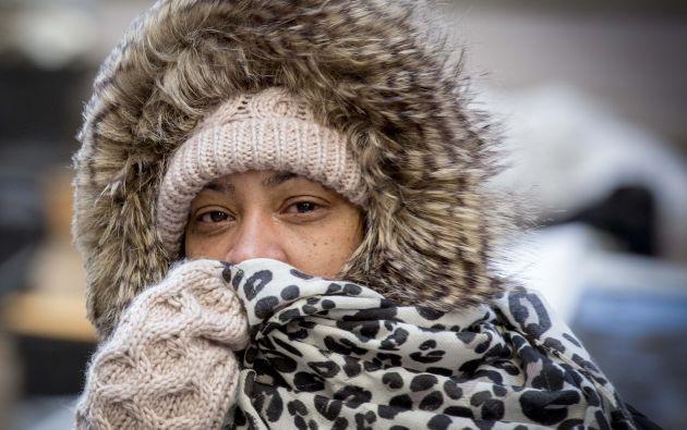 Un mujer se protege del viento helado en las calles de Nueva York. Foto: REUTERS