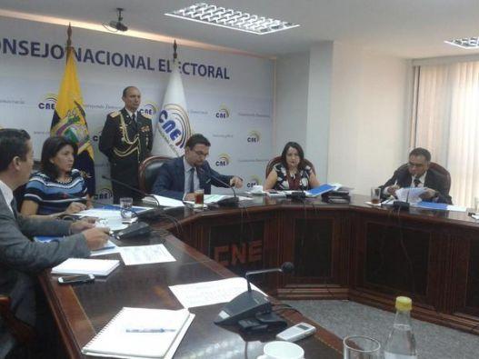Autoridades durante la sesión. Foto: CNE