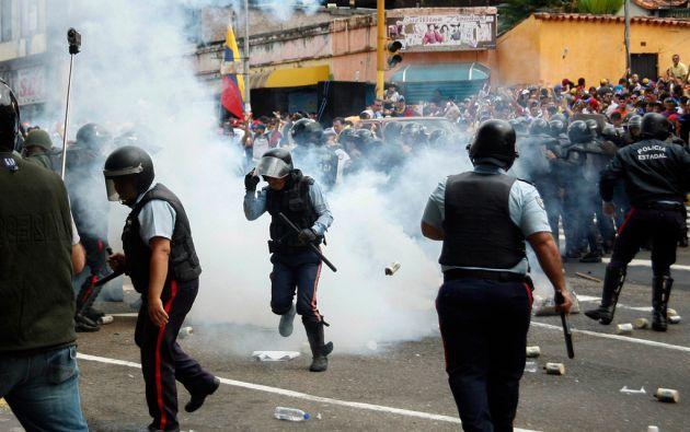 Entre gases lacrimógenos, agentes de seguridad y manifestantes se enfrentaron en San Cristóbal. Foto: REUTERS
