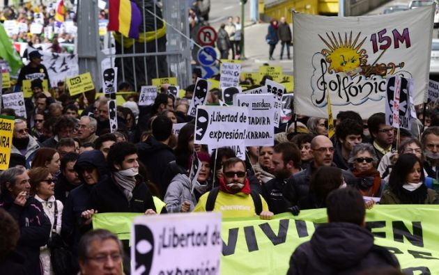 """Cientos de personas marcharon y portaron carteles contra la """"ley mordaza"""" en Madrid. Foto: AFP"""