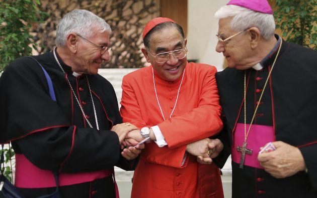 El nuevo cardenal Francis Xavier Kriengsak (centro) es felicitado por dos obispos. Foto: REUTERS