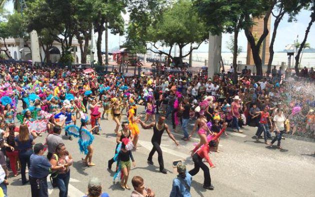 El Malecón Simón Bolívar se llenó de música y color con el desfile de Carnaval. Foto: Twitter