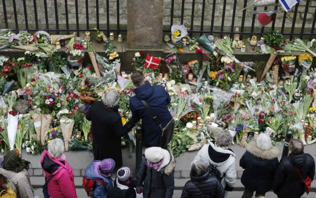 Cientos de daneses dejan ofrendas florales por las víctimas del mortal ataque ocurrido frente a una sinagoga de Krystalgade, en Copenhague. Foto: REUTERS