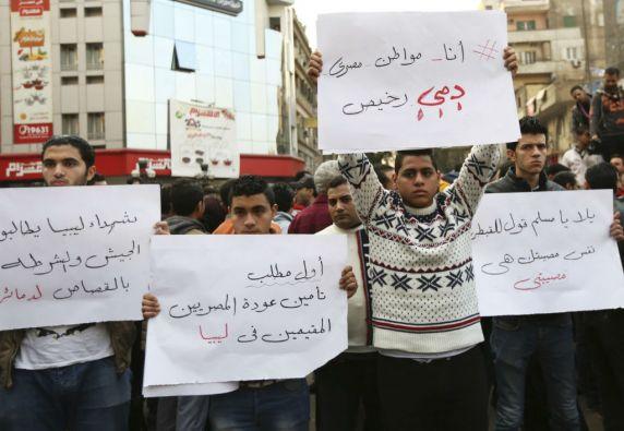 Egipcios cristianos sostienen pancartas durante una protesta contra el asesinato de 21 coptos en Libia a manos de yihadistas del Estado Islámico. Foto: REUTERS