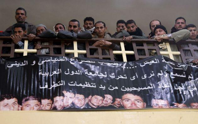 Un cartel con los rostros de los coptos egipcios asesinados en Libia se mostró durante una misa en una iglesia en El Cairo. Foto: REUTERS