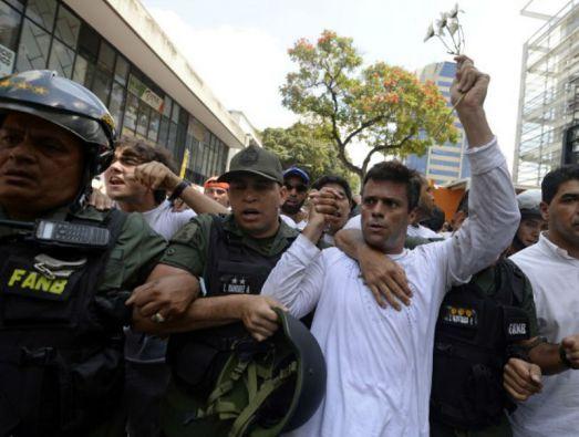 Lilian Tintori llamó a vestirse de blanco en señal de protesta cívica por el arresto de su esposo Leopoldo López. Foto: AFP