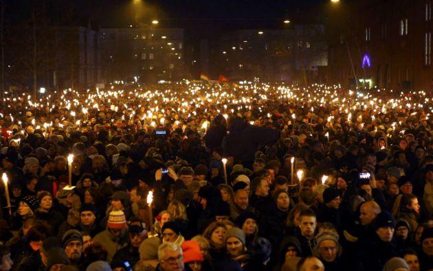 Miles de personas sostienen velas durante el acto realizado este lunes en Copenhague. Foto: REUTERS