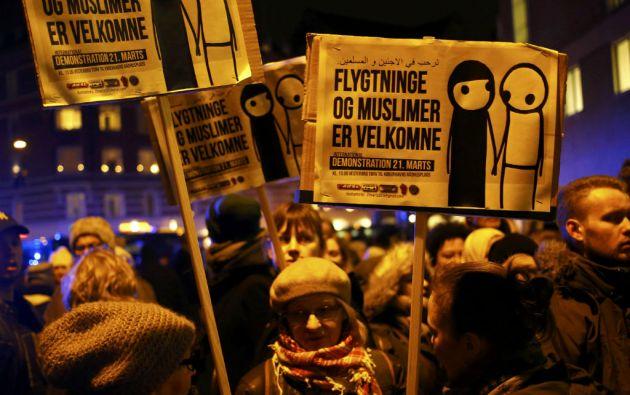 """Varios de los asistentes llevaron carteles con el lema """"Los refugiados y los musulmanes son bienvenidos"""". Fotos: REUTERS"""