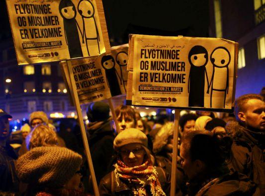 """Carteles con el lema """"Los refugiados y los musulmanes son bienvenidos"""". Fotos: REUTERS"""