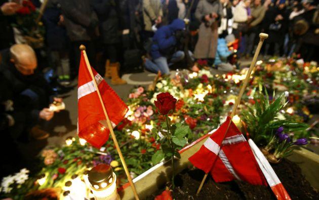 Los asistentes al acto conmemorativo colocaron flores y banderas en memoria de los fallecidos en los ataques. Foto: REUTERS