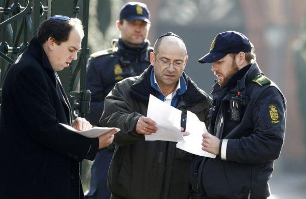 Dos judíos dialogan con un miembro de la Policía antes del funeral. Foto: AFP