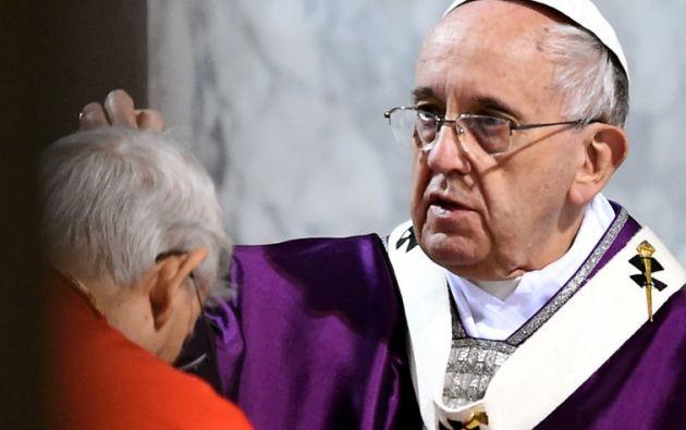 Papa imponiendo la ceniza. Foto: AFP