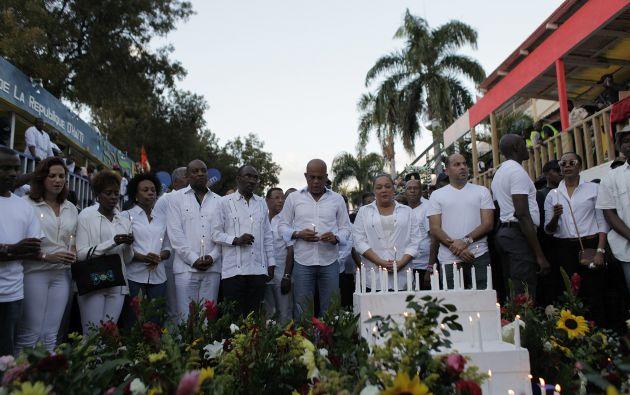 Un grupo de personas rinden sus respetos a las personas que fallecieron en el incidente. Foto: REUTERS