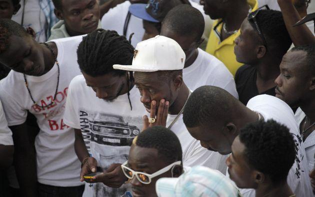 Un grupo de personas reacciona frente al lugar del accidente. Foto: REUTERS
