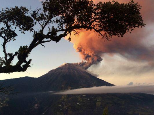 """En los últimos cuatro días, el IG ha detectado 103 sismos leves de """"largo periodo"""" en el volcán Tungurahua. Foto: REUTERS"""