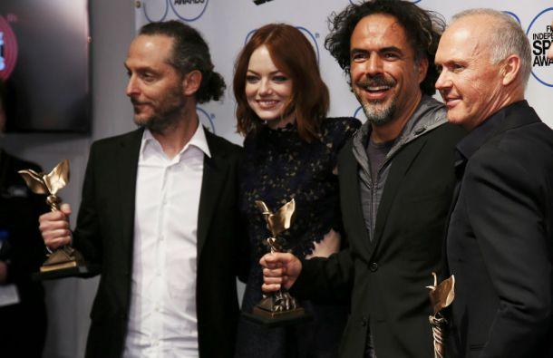 Birdman también se llevó los premios a mejor fotografía (Emmanuel Lubezki, primero desde la izquierda) y mejor actor (Michael Keaton). Foto: REUTERS
