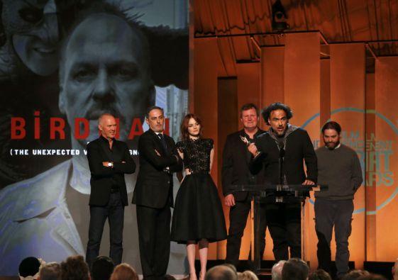 """Un emocionado Alejandro González Iñárritu recibe el premio para """"Birdman"""" como mejor película de los Spirit Awards. Foto: REUTERS"""