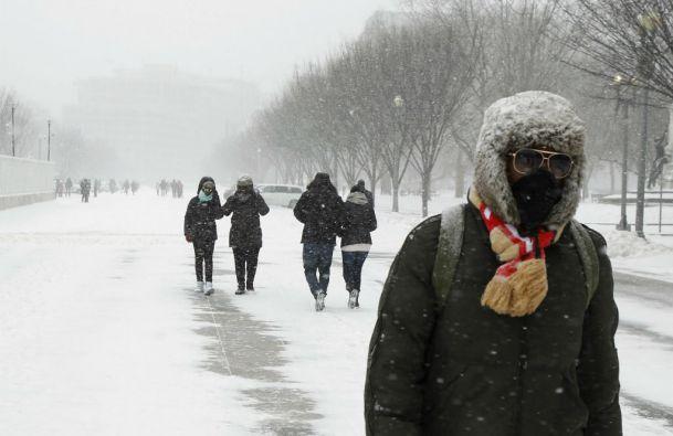 Algunas personas desafían al frío y caminan en la avenida Pennsylvania en Washington. Foto: REUTERS