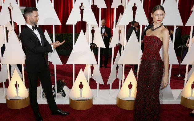 Adam Levine, quien cantará en la ceremonia, y su esposa Behati Prinsloo. Foto: REUTERS