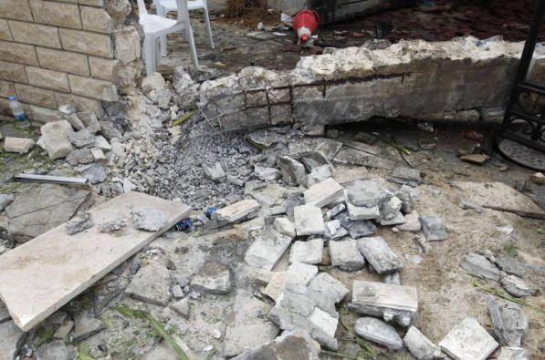 Una segunda bomba (de menor potencia) explotó media hora después, cuando periodistas, agentes, médicos y curiosos estaban junto a la sede diplomática. Foto: REUTERS