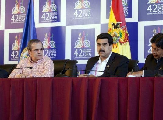 Ricardo Patiño junto al presidente de Venezuela, Nicolás Maduro. Foto: Cancillería de Ecuador