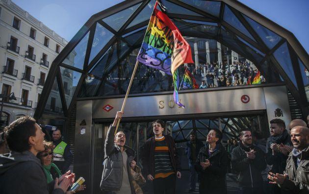 Un grupo de hombres armó una protesta fuera de una estación del Metro de Madrid tras la filtración del correo electrónico. Foto: REUTERS