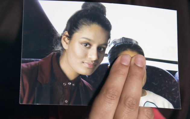 Renu Begun, hermana dela adolescente Shamima Begun, sostiene una foto de su hermana y pide su regreso a casa. Foto: REUTERS