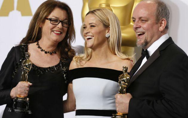 """Reese Witherspoon junto a Frances Hannon y Mark Coulier, ganadores en la categoría Mejor Maquilaje por """"The Grand Budapest Hotel"""". Foto: REUTERS"""