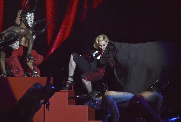 Madonna dijo que su capa era muy estrecha. Foto: REUTERS