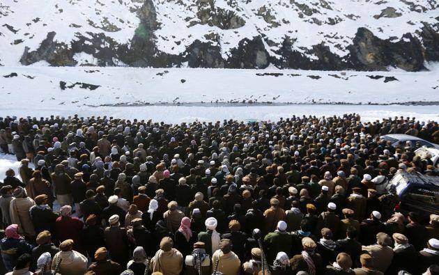 Asistentes del funeral de las víctimas de la avalancha.