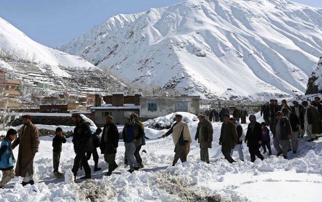Hombres afaganos llegan al funeral de las víctimas de la avalancha en la provincia de Panjshir. Fotos: REUTERS
