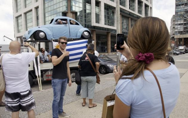 Escultura de papel que homenajea el ya famoso auto 'fusca' Celeste. Foto: AFP