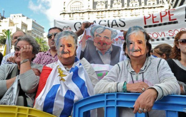 Decenas de personas con banderas de agradecimiento a 'Pepe'. Foto: AFP